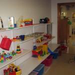 Här går man vidare till matrum, målarrum och kök