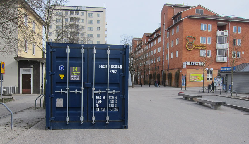 Containern står placerad bredvid boule-banan, bakom grillköket. Bagisbloggen tror (och hoppas) satsningen på cykelverkstad blir mer framångsrik än boulebanan...