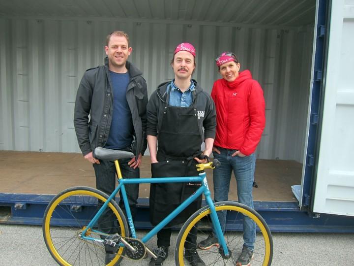 Tobias Lind, Joel Jansson och Anna Erlandson framför containern som ska inrymma en cykelverkstad.