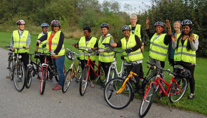 Bild från cykelkursen i Fagersjö förra året. Så här glada blir deltagarna när de lärt sig cykla.