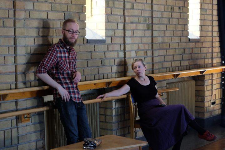 Ada Fredlius (till höger) under inspelningen (foto: Sophia Nilsson)