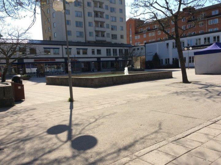 Fontänen i Centrum Fontänen och små affärer i Centrum Upphovsman: Disa
